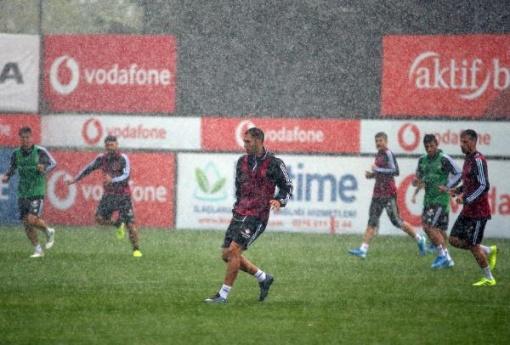 Beşiktaş, sağanak yağmur altında çalıştı!